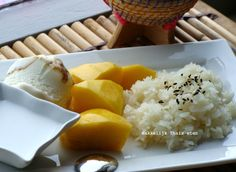 haise kokosmelk kleefrijst mango en ijsbolletje Thai dessert: Sticky rice mango with ice scream