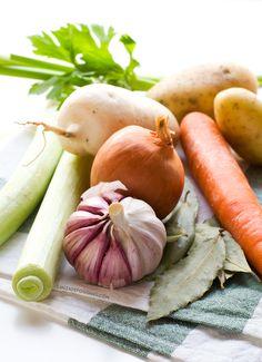 Caldo Depurativo de Verduras. Este caldo depurativo de verduras es muy diurético, desintoxicante y nos ayuda a limpiar nuestro cuerpo. Apenas tiene calorías y es muy fácil de preparar | danzadefogones.com #danzadefogones #vegano #singluten
