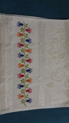 Havlu 123 Cross Stitch, Cross Stitch Borders, Cross Stitch Flowers, Cross Stitching, Cross Stitch Patterns, Crewel Embroidery, Cross Stitch Embroidery, Hand Embroidery Design Patterns, Palestinian Embroidery
