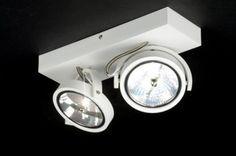 Strak, stoer en zeer scherp geprijsd! Deze moderne design plafondlamp is gemaakt van vol aluminium en uitgevoerd in een modern mat witte kleur. Aan het rechthoekige armatuur hangen twee beugels. In elke beugel zit een spot. Deze grote halogeenspots zijn kantelbaar en draaibaar zodat u de lichtbundels geheel naar wens kunt richten. Voor woonkamer keuken slaapkamer of kantoor verlichting . btw:€ 79,90 www.rietveldlicht.nl