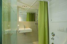 Badezimmer #interior #bath #penthouse Architekt: DI Bernd Ludin, Foto: Gerda Eichholzer Bathroom Lighting, Mirror, Furniture, Home Decor, Commercial Real Estate, Bathroom, Bathing, Homes, Homemade Home Decor