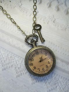 Cute little pocket watch necklace Vintage Love, Vintage Beauty, Vintage Style, Pocket Watch Necklace, Clock Necklace, Key Necklace, Glass Necklace, Skeleton Watches, Through The Looking Glass
