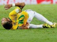 COVARDIA: Neymar deixou o gramado do Castelão de maca, e chorando, nesta sexta-feira, na partida entre Brasil e Colômbia pelas quartas de final da Copa do Mundo de 2014. O camisa 10 levou uma forte joelhada nas costas do colombiano Zuñiga, aos 41 minutos do segundo tempo, caiu no chão e saiu apenas quando chegou a equipe médica.  Infelizmente, Neymar está fora da Copa!