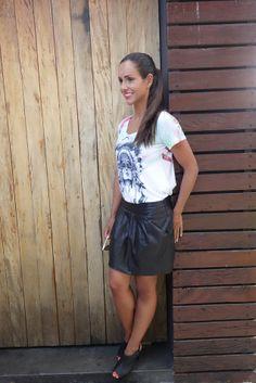 look-camiseta-india-dudabella-saia-couro-2