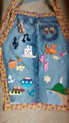 Avental jeans em homenagem à cidade de Paranaguá com aplicações em crochê dos destaques da cidade.