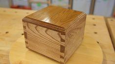 Drewniana skarbonka wykonana z drewna dębu białego amerykańskiego oraz buku europejskiego pokryta lakierem bezbarwnym . Połączenia na jaskółczy ogon