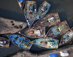 Un grupo de barcos de pesca en la entrada de Sassoon Dock en Mumbai, India