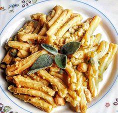 Casarecce con crema di ceci e salvia Veg Dishes, Food Dishes, Italian Dishes, Italian Recipes, Pasta Recipes, Cooking Recipes, Fresco, Vegetarian Recipes, Healthy Recipes