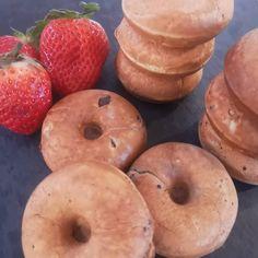 """22 Synes godt om, 9 kommentarer – madpakkepusheren (@madpakke_pusheren) på Instagram: """"Banan-dadel donuts, inspireret af bananbrødet fra @mummum.dk 1 banan 2 æg 40 g dadelpasta* (se…"""" Bagel, Doughnut, Donuts, Bread, Snacks, Desserts, Collection, Instagram, Food"""