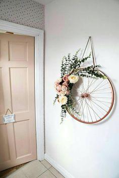 an old bike wheel!, Repurpose an old bike wheel!, Repurpose an old bike wheel! Here are two ways to create a DIY spring wreath. Artesanato com Reciclagem - 35 Formas de Usar Rodas de Bicicleta na Decoração Diy Wand, Old Bicycle, Old Bikes, Bicycle Shop, Bicycle Art, Bicycle Design, Diy Para A Casa, Diy Décoration, Sell Diy