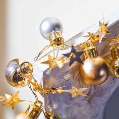 Ein Mix aus Lichterkette, Weihnachtskugeln und Sternchen.