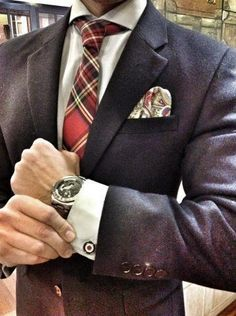 Solid wintry look. Wool suit with a tartan patterned tie