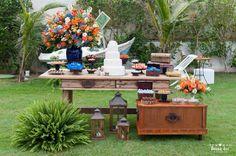 Casamento real na Praia Rasa. Azul, laranja e muitas flores em frente à praia. A Flor de Papel Design fez a papelaria.