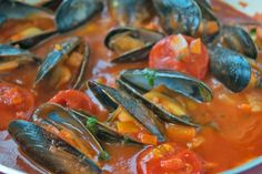 Muscheln mit Tomatensauce - Rezept Mussels with tomato sauce taste great as a main course or as a st Tomato Sauce Recipe, How To Cook Fish, Sugar Snap Peas, Arabic Food, Thai Recipes, Tapas, Food To Make, Seafood, Low Carb