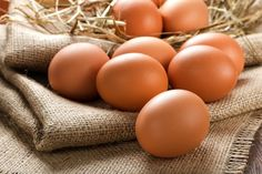 There are several different types of eggs. Thus, the nutritional value of the eggs can differ greatly. Pastured eggs are your best bet. enriched eggs will be your second best choice Hard Boiled, Boiled Eggs, Beer For Hair, Best Fat Burning Foods, Ard Buffet, Eating Eggs, Nutritional Value, Skinny Mom, Ober Und Unterhitze