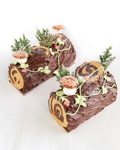 Traditional Buche de Noel Christmas Log Cake, Christmas Cake Decorations, Christmas Cupcakes, Holiday Cakes, Christmas Goodies, Christmas Desserts, Christmas Baking, Jelly Roll Cake, Lumberjack Cake