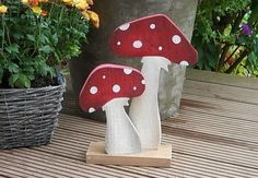 These toadstools from wood complete your autumn deco really great. I sawed the mushrooms out of sawn softwood cm thick). Because of the weather-proof painting, the mushrooms can also be . Wood Block Crafts, Wooden Crafts, Wood Projects, Craft Projects, Diy Crafts To Do, Wooden Flowers, Wood Creations, Wood Patterns, Summer Crafts