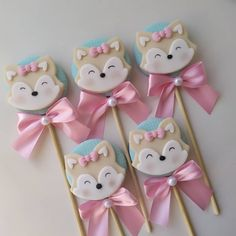 Bom dia 🥰 nossos pirulitos raposinha #festabosqueencantado #bosque #festaraposinha #raposa #raposinha #festajardimencantado… Clay Crafts, Paper Crafts, Fox Party, Baby Girl 1st Birthday, Cute Polymer Clay, Baby Shower Cookies, Woodland Party, 1st Birthdays, Diy Crafts To Sell