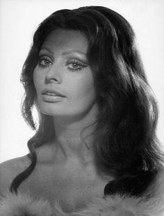 Sophia Loren-the most beautiful women EVER! Maquillage Sophia Loren, Sophia Loren Makeup, Sophia Loren Style, Classic Actresses, Beautiful Actresses, Brigitte Bardot, Classic Beauty, Timeless Beauty, New Girl