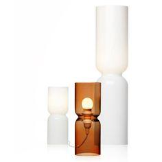 LANTERN - Lampe - Lantern, mittlerweile ein Klassiker von Iittala, erscheint in neuem Licht. Auf diese Weise wird der Einsatzbereich von Lantern viel größer: Das Lichtobjekt kann in einer ganzen Reihe von Umge-bungen platziert werden, etwa zwischen Regalböden oder in öffentlichen Berei-chen. Durch die Veränderung der Licht-quelle kann Lantern außerdem unter-schiedliche Atmosphären kreieren.