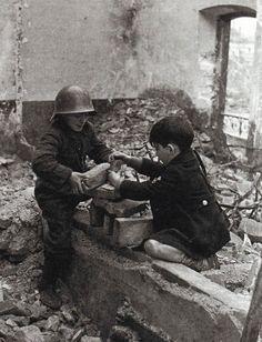 Gijón. Febrero de 1937. Niñ@s jungando entre las ruinas. (De la maleta Mejicana) © Robert Capa & Gerda Taro.