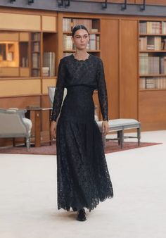 Explore the complete Look 57 from the Fall-Winter Haute-Couture at CHANEL, and explore the latest silhouettes and styles from the house of CHANEL. Haute Couture Looks, Style Couture, Haute Couture Fashion, Fashion 2020, Look Fashion, Winter Fashion, Collection Couture, Chanel Fashion, Fashion Gallery