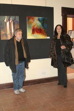 Gianni testa e la moglie davanti alla sua opera