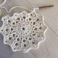 Tähtimatto Halkaisija: n. 130 cm Paino: n. 2,8 kg Kude: luonnonvalkoinen trikookude Virkkuukoukku: 8 mm kjs = ketjusilmuk... Crochet Circles, Crotchet, Doilies, Crochet Necklace, Rugs, Knitting, Diy, Women, Tricot