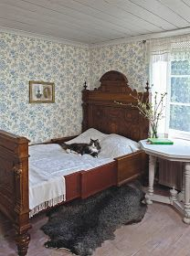 Clean, cool colors for a beautiful sleeping room. Duro's Fjarsman brought to you by Innobo Inc. l love the old fashioned wall paper! Swedish Interiors, Cottage Interiors, Antique Beds, Bedroom Vintage, My New Room, Beautiful Bedrooms, Bedroom Decor, Shabby, Interior Design