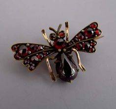 VICTORIAN yellow gold Bohemian garnet and teardrop-shaped cabochon insect brooch