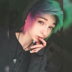 I adore the short hair and I like the long but I'm too cheap for extensions and my hair is curly Short Scene Hair, Emo Scene Hair, Looks Style, Looks Cool, Pelo Emo, Soft Grunge Hair, Pelo Multicolor, Corte Y Color, Alternative Hair
