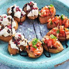 Bruschetta och snittar med mozzarella, oliver och granatäpple Mini Hamburgers, Bruschetta, Mozzarella, Baked Potato, Feta, Tapas, Food And Drink, Veggies, Appetizers