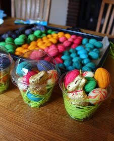 Passend zu Ostern habe ich den russischen Oreschki auch Zaubernüsse genannt, etwas Lebensmittelfarbe verpasst. Finde sie sehen damit ...