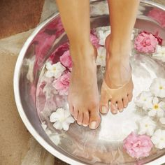 Treat yourself to a relaxing pedicure, hand care . Take a relaxing pedicure, # Coconut oil care # articlesparaelcucaredelasmanos Avocado Face Mask, Aesthetic Value, Hand Care, Feet Care, Spa Day, Diy Beauty, Routine, Coconut Oil, Relax