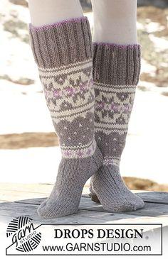 "Highland Dew Socks - DROPS socks in ""Alaska"" with Norwegian pattern. - Free pattern by DROPS Design Crochet Socks, Knitted Slippers, Knitting Socks, Free Knitting, Knit Crochet, Finger Knitting, Knit Cowl, Crochet Granny, Hand Crochet"