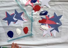 This mess free star painting craft works well for toddlers and babies, and it's a good way to get in some sensory painting with hands for kids who do not like to get messy! Baby Crafts, Toddler Crafts, Star Painting, Patriotic Crafts, Kids And Parenting, 4th Of July, Gift Wrapping, Stars, Fun