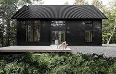 Dit is de Grand Pic Cottage: een stoer zwart huisje in het bos met een te gek interieur - Roomed