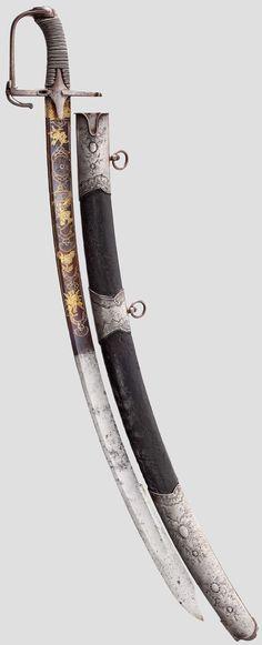 Breite, gekehlte Klinge mit ausgeprägter Ferse und Pandurenspitze, in der unteren Hälfte aufwändig geschliffen, geätzt, gebläut und vergoldet. St