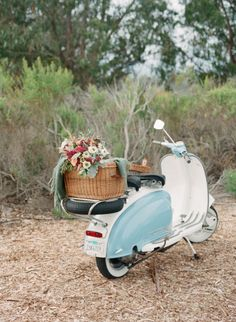 Wicker picnic basket, flowers, Vespa ♥