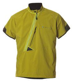 Frej Tee(フレイ・ティー) 薄手で軽量なストレッチソフトシェルを採用した、プルオーバータイプのショートスリーブシェル。 MFR2で、ほどよい防風性・高い透湿性・軽い撥水力により、アウトドアシーンからタウンユースまで幅広く活用できるモデル。 スリーブエンド、裾には片手でも調整可能なストレッチドローコード・アジャスターを装備。アシンメトリックジップを採用、そのためチェストポケットは大きめに取られています。 背面にも腰部分にポケットを配置。 女性モデルには前面左右のジップポケット。 リフレクター付。