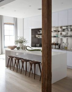 moderne-küchenmöbel-eine-säule-aus-holz-und-interessante-barhocker
