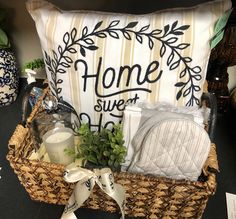 10 Of The Best DIY Housewarming Gifts That You Can Make To Impress DIY If you are a first-time buyer and you have no idea what to look for when it comes to buying the best DIY housewarming gifts, read on. Housewarming Gift Baskets, Diy Gift Baskets, Gift Baskets For Women, House Gifts, New Home Gifts, Welcome Baskets, Real Estate Gifts, Diy Cadeau, Themed Gift Baskets