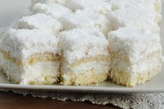 Bine ati venit in Bucataria Romaneasca Ingrediente -200 g unt -375 g faina -375 g zahar -375 g iaurt simplu -2 oua -1 cana cu nuca de cocos -1 plic
