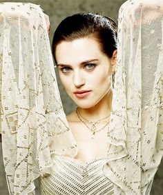 Katie McGrath - She is breathtaking. Merlin Tv Series, Merlin Show, Merlin Morgana, Lena Luthor, Katie Mcgrath, Medieval Fashion, Fashion Tv, Movie Costumes, My Heart Is Breaking