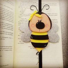 Artesanato em EVA: 60 modelos para inspirar sua produção (fotos, tutoriais e moldes) Foam Sheet Crafts, Foam Crafts, Paper Crafts, Kids Crafts, Arts And Crafts, Bee Art, Diy Notebook, Bee Theme, Wine Bottle Crafts