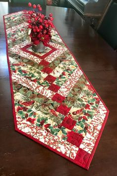 This Quilted Table Runner is a Beautiful Christmas… Quilted Table Runners Christmas, Patchwork Table Runner, Christmas Runner, Table Runner And Placemats, Table Runner Pattern, Xmas Table Runners, Christmas Tables, Christmas Sewing, Christmas Print