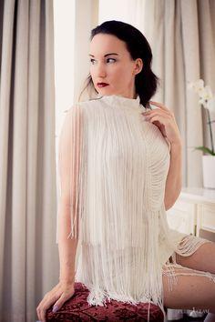 Fashionblogger elegant und luxuriös - weisses Charleston-Kleid mit nude…