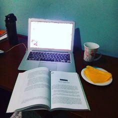 Sobre ser professora substituta na disciplina Trabalho e Contemporaneidade e todo o resto  café preto água e queijo para animar estas 5h da manhã. Marido dormindo filha dormindo e a égua trabalhando  #projetomagraassim #lowcarb #lchfbrasil by projetomagraassim