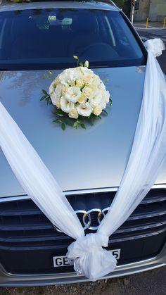 Autódísz esküvőre fehér szalaggal és fehér, krém virágokkal. Egyszerű, mégis elegáns. Megtetszett? Nézd meg a többi munkánkat is: http://eskuvoidekor.com/viragdekoracio