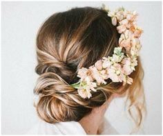 offca na wypasie: Propozycje fryzur ślubnych - żywe kwiaty we włosach.
